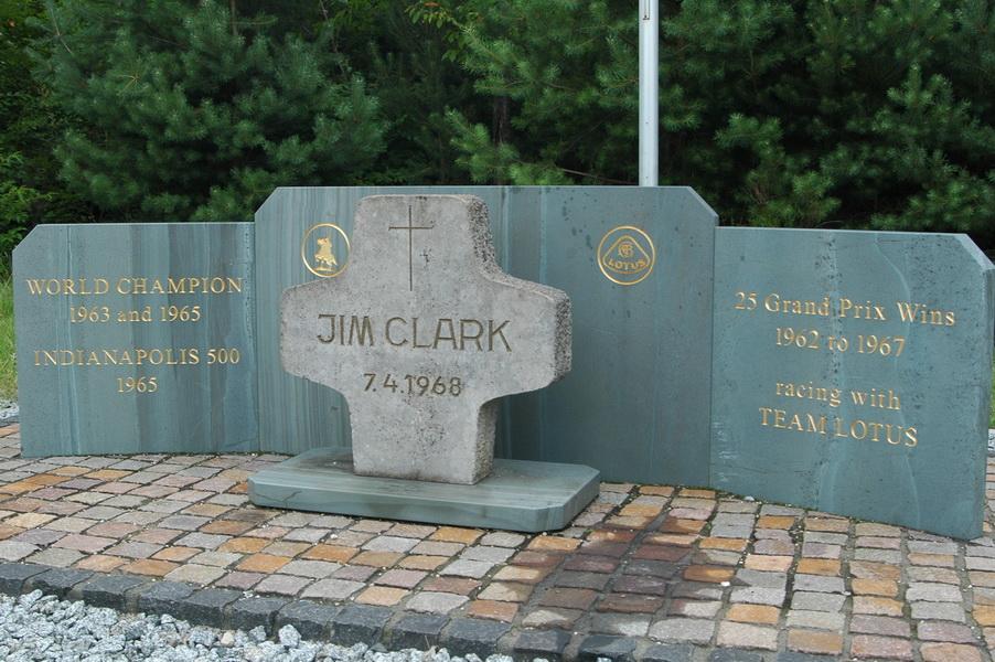 Kamienny krzyż upamiętniający Jima Clarka...