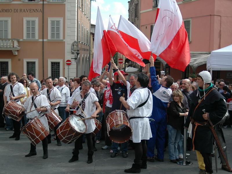 Rynek włoskiego miasteczka: średniowieczny klimat i biało-czerwone barwy...