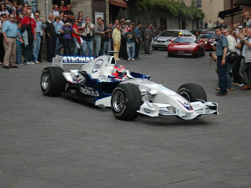 ...a także samochód Formuły 1, z konieczności wyposażony w deszczowe opony.