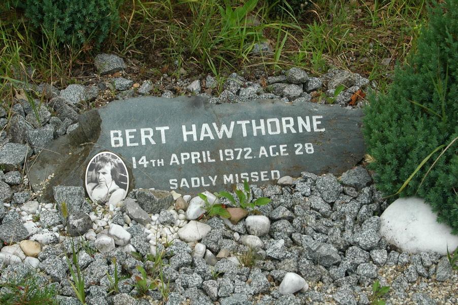 ...i mała tabliczka ku czci Hawthorne'a.